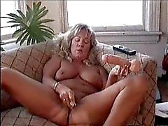 Andra augusti masterbates på lesbisk Porn