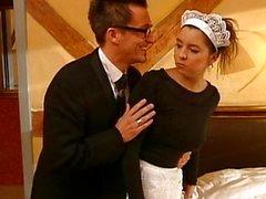 Deutsch Dienstmädchen von zwei Kerlen durchgefickt