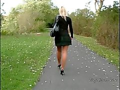 Secretária loira de sexy confere o seu fetiche a stur com saltos