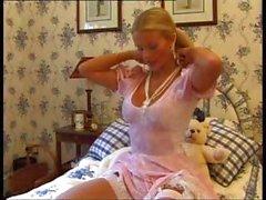 Секси фунт блондин красота Sammy J получает голый и дразнит в пузырь ванне