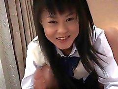 Konomi asiatiskt schoolgirlen gillar att leka med kran