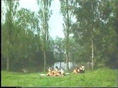 w lesie mlode pary ze starymi