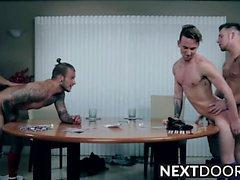 High Stakes Poker fattar ett sexuell tur mellan grabbarna