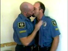 Üniformalı erkekler birbirlerine musluklar emmek için bir köşeye gizlice gizlice gizlice gizlice gizlice gizlice gizlice girerler