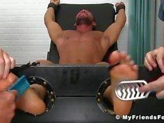 Hunk Bruno Bernal blir kittlade och upphetsad av hans två knoppar