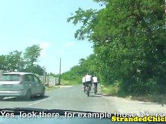 Offentligt europeiskt hitchhikers att knulla in bilar