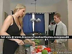 Bedövning blond fru tar diner med sin man och hans vän