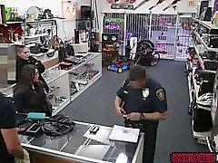 Intressanta brudar butik lyftanordningar blir påsatt efter att få fångas