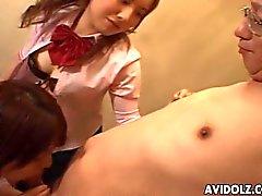 Three söta japanska tonår suger för ett gamla människan