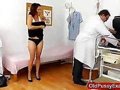 Gynäkologen macht eine Busty Dame Alter Leiste hinunter