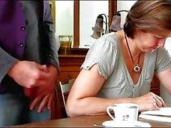 Cum dans le café
