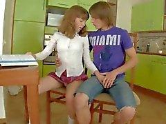 Schulmädchen Geschlecht auf dem Küchentisch