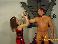 Vagabunda Kinky do dominatrix amarra um parafuso prisioneiro para baixo e prazeres seu