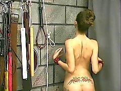 Uma mulher relaxada tatuada estiverem nus ligado e displined