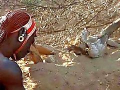 Valkoinen nainen ja Afrikkalainen Warrior Romance