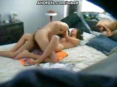 Copine brune est de sucer sa queue et la baise sur cachés came