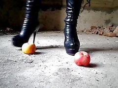 Schiaccia con stivali a tacco alto