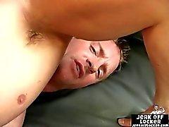 Hot lihaksen poika masturbates