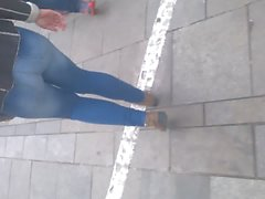 gostosa rebolando jeans rua