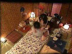 Insatiable ménagère japonaise baise un pôle de palpitation chaque