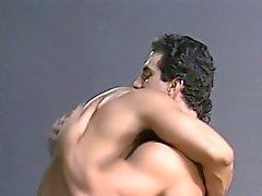 pregos peludos com corpos rasgados envolver em ação anal quente na garagem