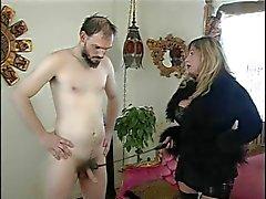 Gros seins maîtresse Cristian et l'esclave au combat