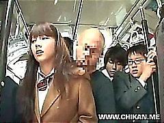 Scolara che è timido molestate e utilizzata in un autobus