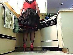 Неженка Луч по Black Раффлед юбки в кухне ( крана крупным планом )