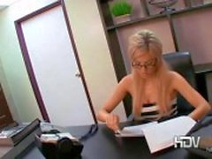 Sexy del segretaria bionda con Victoria White giocando con la figa e fornendo pompino in carica