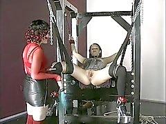 Gebundenen busty brunette Sexsklave ist mit einem Analplug auf Kerker durchbohrte