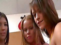 Junge Kursteilnehmer liebend an College Party