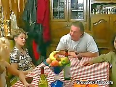 Kaksi kuumaa narttua saavat munaa