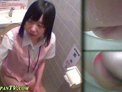 Bebês asiáticos filmados fazendo xixi