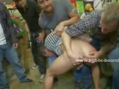 Homosexuell man har stulit från en grönsak stativ och blir knullad av män med stora kukar