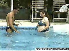 Preggo рядом с бассейном Пошел