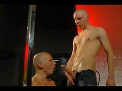 Skinhead paire rasage, pisse, baise et suce