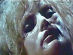 Jennifer Jason Leigh andare a seno nudo presso un bar inciampando