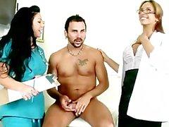 Arzt und Assistent hinunter an Patienten Schwanz
