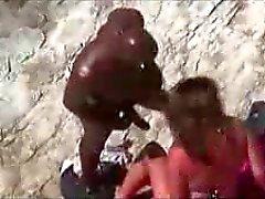 Valkoinen tyttö vittuile hänen musta poikaystävä rannalla tirkistelijä