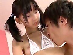 Atractivo lindo Corea de la muchacha Golpeando