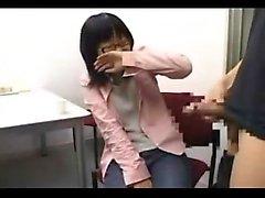 Tamamen giyinmiş Asya kızı gözlüklerle takılıyor ve bir ha berbat