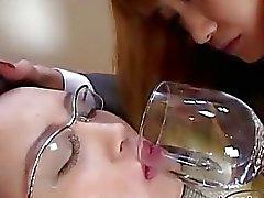 Office Bayan birlikte Bardaklar öpüşme Onun Face odasında kanepede Schoolgirl tarafından düşmesine aldırmadı Kurmak