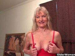 Granny Claire fickt sich mit einem Dildo
