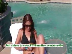 fantastico donna del brunette toying fica con un vibratore per a bordo piscina