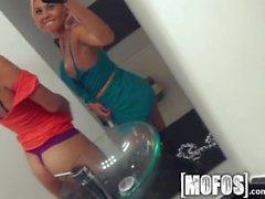 Mofos - Due amiche Latina sexy condividono un cazzo