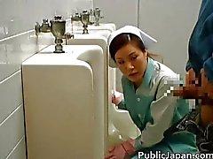 Asiatischen Puppen ist die Reinigung der öffentlichen schief