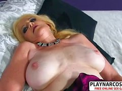 Perfekt Stepmom Charlie Charm ger Blowjob Hard Hot Step son