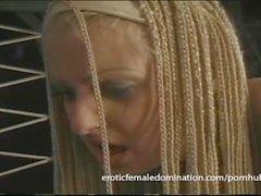 Sexy langhaarigen Sklaven trifft die Peitsche zum ersten Mal