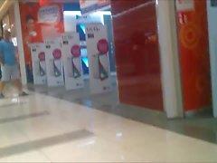 fesses étudiants en petit short dans un centre commercial