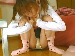 Menina japonesa mijando calcinhas